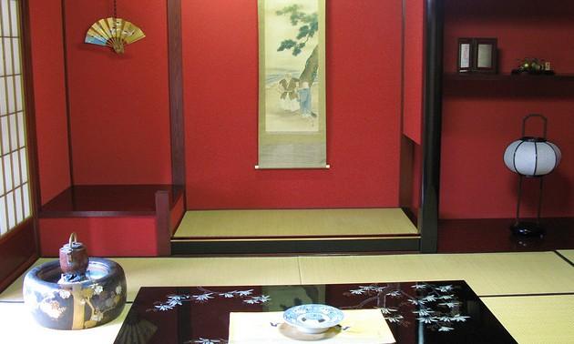 minimalistisch eingerichteter Tatami-Raum in Japan